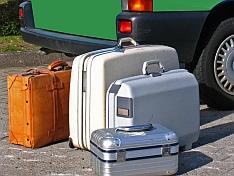 Die Koffer ins Auto einladen